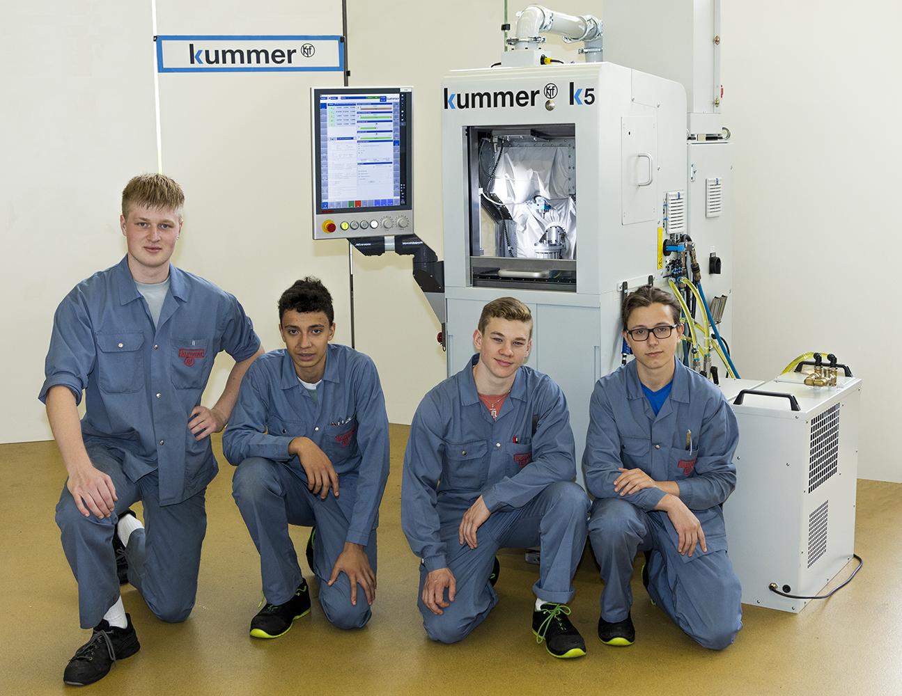 Apprentis devant machine Kummer K5